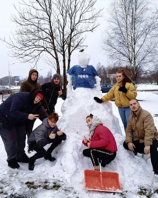 sniego senis prie Gargždų atviro jaunimo centro
